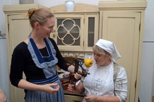 Deu/ SA/ Altmark/ Salzwedel/ Kulturnische/ Volkshochschulkurs/ Kochen wie vor 100 Jahren/ Frauen bei der Küchenarbeit/ kein model release